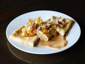 Млинці з карамелізованим яблуком та солоною карамеллю