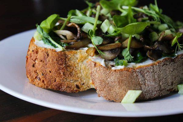 Сендвіч з грибами, шпинатом та огірком